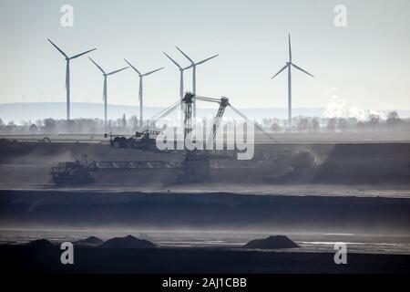 Juechen, Nordrhein-Westfalen, Deutschland - Schaufelradbagger im RWE-kohletagebau Garzweiler, Rheinischen Braunkohlerevier. Wind turbi - Stockfoto