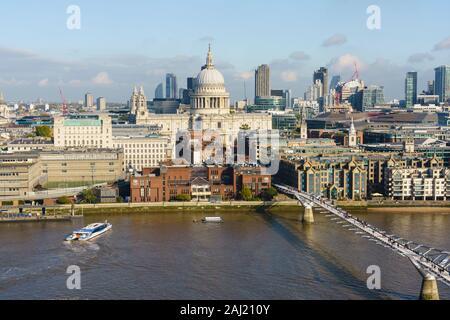 Hohe Blick auf die St. Paul's Cathedral und die City von London Skyline mit Themse und Millennium Bridge im Vordergrund, London, England, Vereinigtes Königreich - Stockfoto