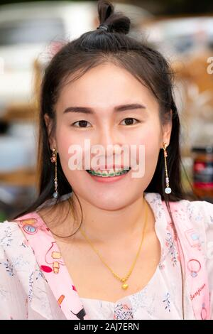Am Kaffeemarkt in Chiang Mai... erstaunlich dunkle Augen und ich liebe die grüne Zahnspangen! Foto: Tony Taylor - Stockfoto