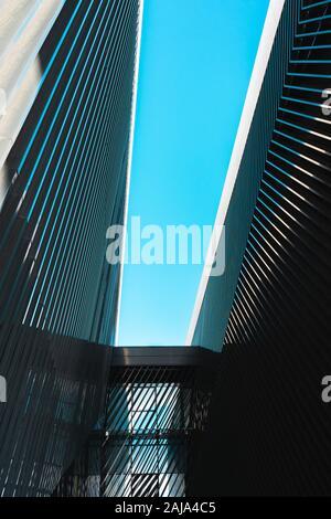 Zwei zusammenhängenden Gebäude der modernen Architektur, die bis in den Himmel - Stockfoto