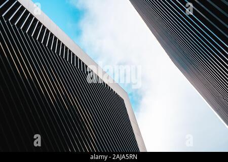 Ecken von zwei zusammenhängenden Gebäude der modernen Architektur in den Himmel suchen - Stockfoto