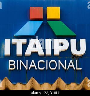 Schild am Eingang von Itaipu Staudamm, an der Grenze zu Brasilien. - Stockfoto