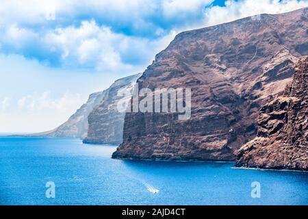Riesige felsigen Klippen an der Küste des Atlantischen Ozean auf der Insel Teneriffa mit kleinen Booten (Kopie) - Stockfoto