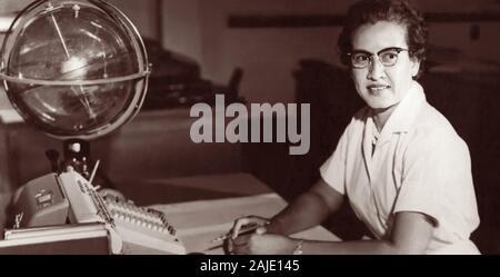 """Katherine Johnson, NASA Forschung Mathematiker, an ihrem Schreibtisch bei der NASA Langley Research Center mit einer Kugel, oder """"himmlischen Training Device"""", 1962. - Stockfoto"""