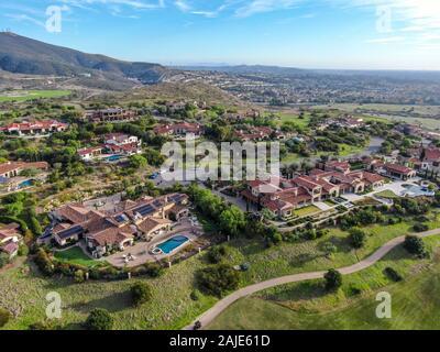 Große und luxuriöse Haus mit Pool in einem grünen Tal in private Gemeinschaft, San Diego, Kalifornien. - Stockfoto