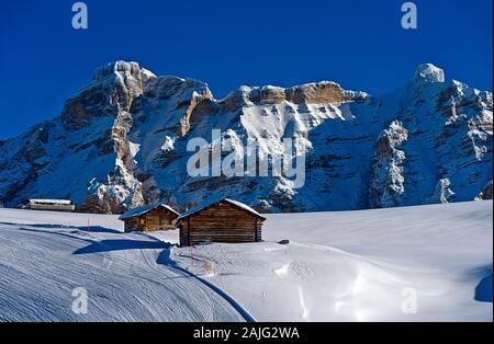 Skihang gegen eine Bergkette in der Skiregion Alta Badia, La Villa, Alta Badia, Doles, Südtirol, Italien - Stockfoto