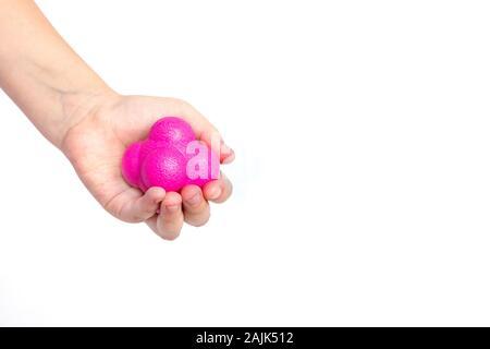 Das Kind hält in seiner Hand ein Magenta (Pink) Sport ball Reaktion. - Stockfoto
