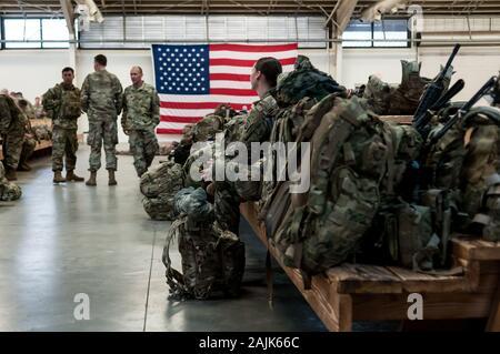 """Papst Army Airfield, NC, USA. Am 4. Januar, 2020. Jan. 4, 2020 - PAPST Army Airfield, N.C., USA - der US-Armee fallschirmjäger von der 1. Brigade Combat Team, 82nd Airborne Division, Bereitstellung von Papst Army Airfield, North Carolina. Die 'All American Division"""" """"Immediate Response Force (IRF), Fort Bragg, N.C. basiert, für die Bereitstellung des US Central Command Bereich der Operationen als Reaktion auf die erhöhte Bedrohung gegen den US-Personal und Einrichtungen in der Region mobilisiert. Bereitstellung von Heute folgt der 1. Jan. Bereitstellung einer Division Infanterie Bataillon und die Jan. 2 US drone Streik in Baghd - Stockfoto"""