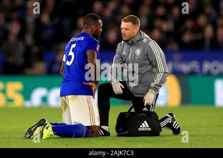 Von Leicester City Wes Morgan (links) erhält die medizinische Aufmerksamkeit während der FA Cup in der dritten Runde für die King Power Stadion, Leicester.
