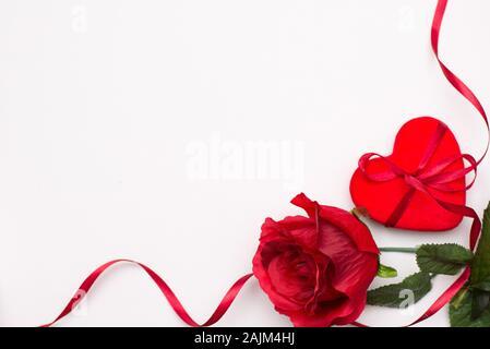Herz mit roten Rose auf weißem Hintergrund - Stockfoto