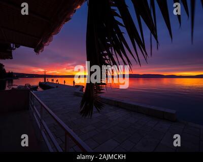 Fischer vor Sonnenuntergang Landschaft im kleinen Hafen in Dubrovnik in Kroatien