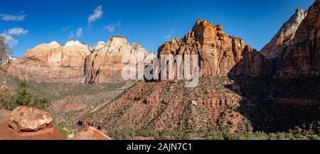 Wächter und Gericht der Patriarchen Formationen im Zion National Park an sonnigen Frühlingstag mit blauem Himmel - Stockfoto