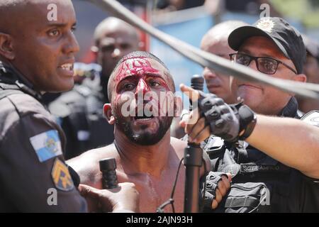 Rio de Janeiro, Brasilien, März 5, 2019. Verwirrung und Aufruhr während der Parade und Präsentation von Lud Fervo carnival Block in der Mitte des Rio - Stockfoto