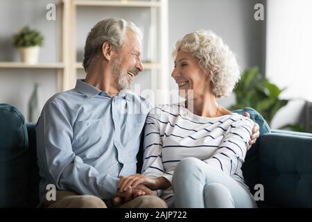 Großvater und Großmutter halten sich an den Händen zu plaudern Lachen verbringen die Zeit zusammen - Stockfoto