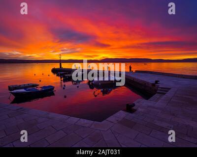 Fischer vor Sonnenuntergang Landschaft in kleinen ruhigen Hafen in Dubrovnik in Kroatien
