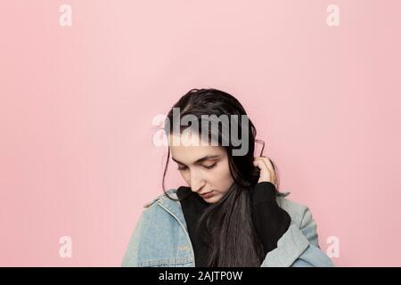 Portrait von glücklich aus dem Nahen Osten weibliche gegen einen rosa Hintergrund posiert. Studio Portrait einer stilvollen junge Frau. Schönheit, Mode, saisonale Vogue