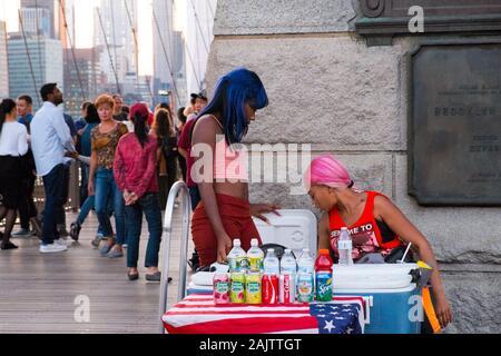 Zwei Frauen verkaufen Getränke an einem alkoholfreien Getränk stehen auf der Brooklyn Bridge, New York City, USA - Stockfoto