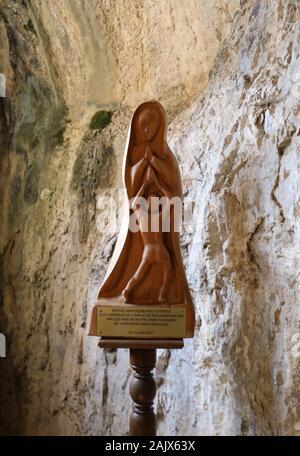 """Rocamadour, Frankreich - 3. September 2018: Die Staue der Jungfrau Maria in der Kapelle """"Notre Dame de l'Ovalie, engagierte Spieler an der Basilika St.-S Rugby - Stockfoto"""