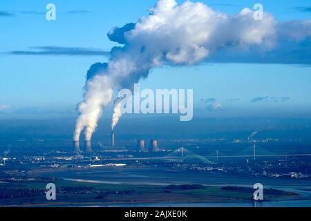 Verschmutzende Rauch driften Süden im Winter Sonne, von Fiddlers Ferry Kohlekraftwerk, Merseyside, North West England, Großbritannien