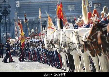 Madrid, Spanien. 6. Januar, 2020. König Felipe VI. von Spanien und Königin Letizia von Spanien im Jahr 2020 Neue militärische Parade im Royal Palace in Madrid, Spanien am 6. Januar 2020. Credit: Jimmy Olsen/Medien Punch *** Keine Spanien***/Alamy leben Nachrichten - Stockfoto