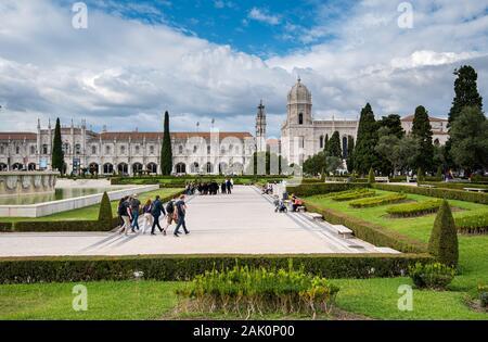 Touristische Menschen zu Fuß außerhalb des Parks mit Blick auf das Kloster Jeronimos oder Hieronymites Kloster in der Nähe von Fluss Tejo in Lissabon Portugal - Stockfoto