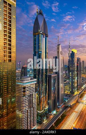 Antenne Nacht Blick auf die Hochhäuser an der Sheikh Zayed Road in Dubai, VAE - Stockfoto