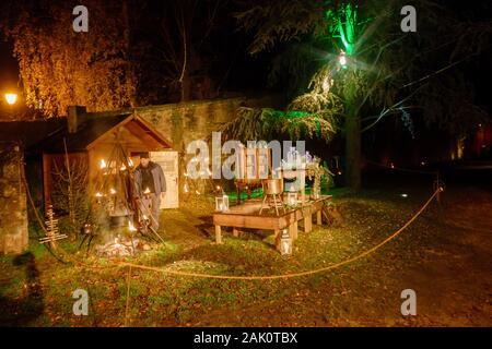 Wissembourg, Elsaß, Schauspiel auf dem Weihnachtsmarkt im öffenlicher Park - Stockfoto