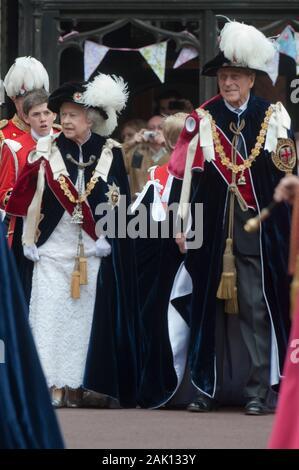 Ihre Majestät die Königin und der Herzog von Edinburgh führt die anderen Mitglieder der Königlichen Familie an den edlen Auftrag des Strumpfband Zeremonie an die St Georges Kapelle, Windsor im Jahr 2010. - Stockfoto