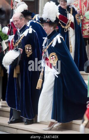 Der Herzog von Kent und der Princess Royal melden Sie die anderen Mitglieder der Königlichen Familie an den edlen Auftrag des Strumpfband Zeremonie an die St Georges Kapelle, Windsor im Jahr 2010. - Stockfoto