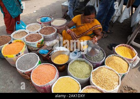 Ein Anbieter in der Gewürzmarkt in der Altstadt von delh - Stockfoto