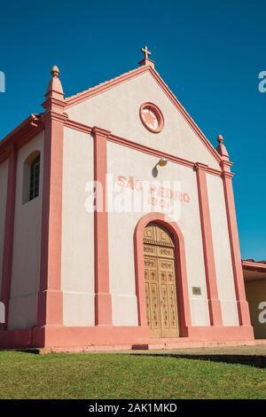Kleine St. Peter der Steinwege Kapelle in einem kleinen ländlichen Dorf in der Nähe von Bento Goncalves. Ein Wein produzierenden Land Stadt im Süden Brasiliens. - Stockfoto