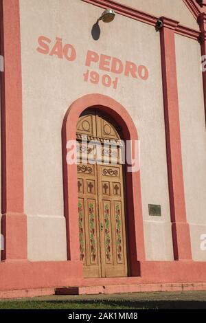 Holztür mit Weinreben Malerei an der St. Peter der Steinwege Kapelle in der Nähe von Bento Goncalves. Ein Wein produzierenden Land Stadt im südlichen Brasilien - Stockfoto