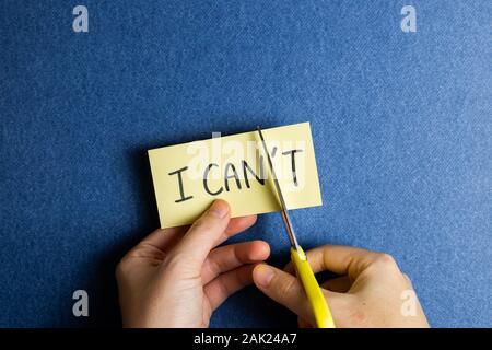 Ich kann es tun. Positive Motivation Konzept. Entfernen' t' aus dem Wort 'Ich kann nicht' mit der Schere - Stockfoto