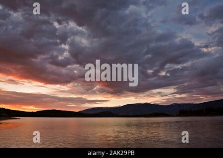 CO 00200-00... COLORADO - Sonnenuntergang über Dillon Reservoir, aus Kiefer Abdeckung Campingplatz liegt in der Nähe von Friscoon die Große Mountainbike Route teilen. - Stockfoto