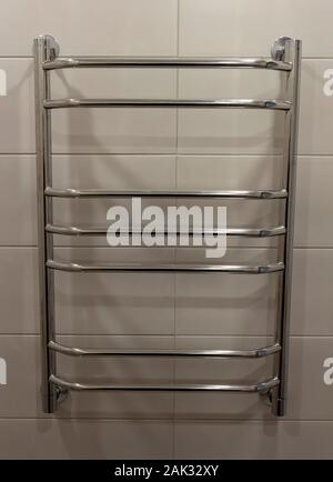 Closeup Wand montiert Tubular beheizten Handtuchhalter. - Stockfoto