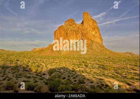 Eine östliche morgen Blick auf Courthouse Rock in Harquahala Valley Arizona. Im Gegensatz zu einem Berg dieser Rock ist ein riesiger Monolith, der getrennt von der Nea ist - Stockfoto
