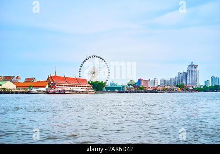 BANGKOK, THAILAND - 15 April 2019: Der tolle Blick auf die Asiatique sun Vergnügungspark mit dem großen Riesenrad aus die vorbeifahrenden River Boat, am 1. April 2003 - Stockfoto