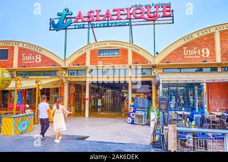 BANGKOK, THAILAND - 15 April 2019: Der Eingang zum überdachten Galerie in stellt historischen Docks von Asiatique sun Einkaufszentrum, am 15. April in Bang - Stockfoto