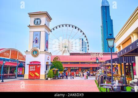 BANGKOK, THAILAND - 15 April, 2019: Die malerischen Platz in Asiatique sun Shopping Center ist umgeben von modernen Restaurants in alten, restaurierten wareho - Stockfoto