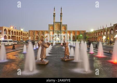 Provinz Yazd/Stadt Yazd: Brunnen auf dem zentralen Platz Amir Chakhmaq mit den Bronzeskulpturen der Wassertraeger, Iran | Verwendung weltweit - Stockfoto