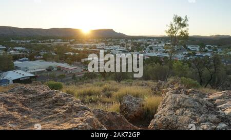 Ein Sonnenuntergang vom Anzac Hill Lookout in Alice Springs gefangen, in den nördlichen Gebieten in Australien - Stockfoto