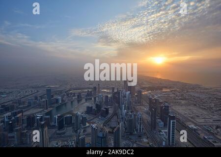 DUBAI, VEREINIGTE ARABISCHE EMIRATE - November 19, 2019: Dubai City high Angle View mit Wolkenkratzern bei Sonnenuntergang von Burj Khalifa gesehen - Stockfoto