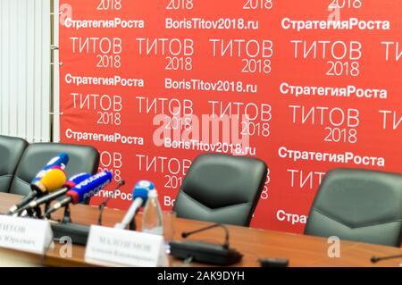 Ein Treffen der Unternehmer in Nischni Nowgorod, Russland mit B. Titow, einem Präsidentschaftskandidaten. Pressekonferenz, Antworten auf Fragen. - Stockfoto