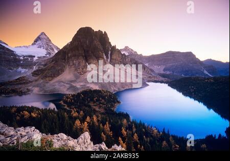 Landschaft mit Mount Assiniboine und Cerulean See bei Sonnenuntergang, Mount Assiniboine National Park, British Columbia, Kanada - Stockfoto