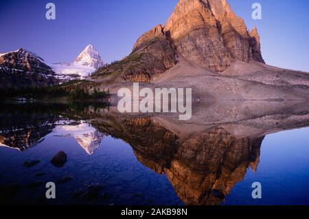 Landschaft mit Mount Assiniboine in Sunburst Lake, Mount Assiniboine Provincial Park, British Columbia, Kanada widerspiegeln - Stockfoto