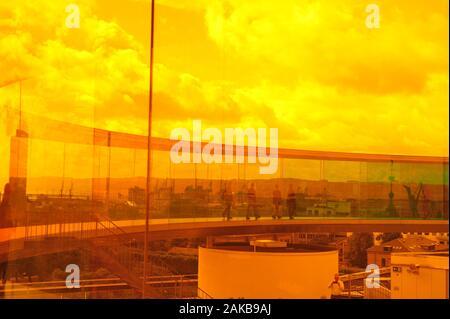 Blick auf die Stadt Århus, Dänemark. Foto durch orange Glas in Ihre Rainbow Panorama, ARoS-Museum Gehweg genommen. Glas Kreis Gehweg wider. - Stockfoto