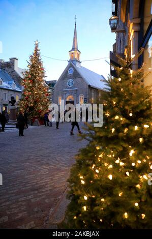 Notre-Dame-des-Victoires Kirche mit beleuchteten Weihnachtsbaum in Place-Royale Square. unteren Stadt. Die Quebecer Altstadt. Quebec City. Quebec Kanada - Stockfoto