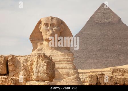 Vorderansicht des Sphinx und Pyramiden von khafre (Chephren) in der Nähe der Stadt Kairo, Ägypten - Stockfoto