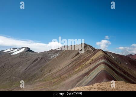 Regenbogenberg oder Vinicunca (Winikunka) oder Montaña de Siete Colores (Montaña de Colores) in den Anden in Peru - Stockfoto