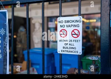Rauchen verboten, kein vaping Logos und Durchgestrichen auf gate vor Gebäude - Stockfoto